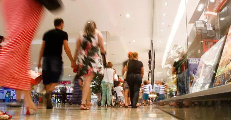 Comércio abre, bancos fecham e metrô funciona durante o Carnaval