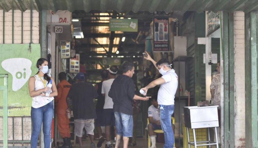 DF: feiras ofertam álcool em gel e medem temperatura de clientes